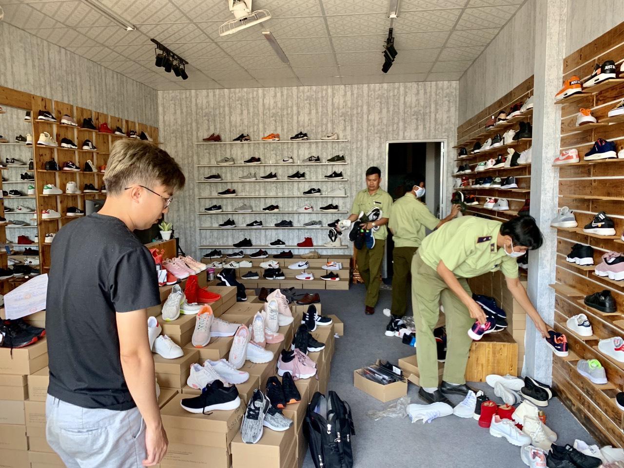 Gia Lai phát hiện lô hàng giày thể thao giả mạo nhãn hiệu NIKE