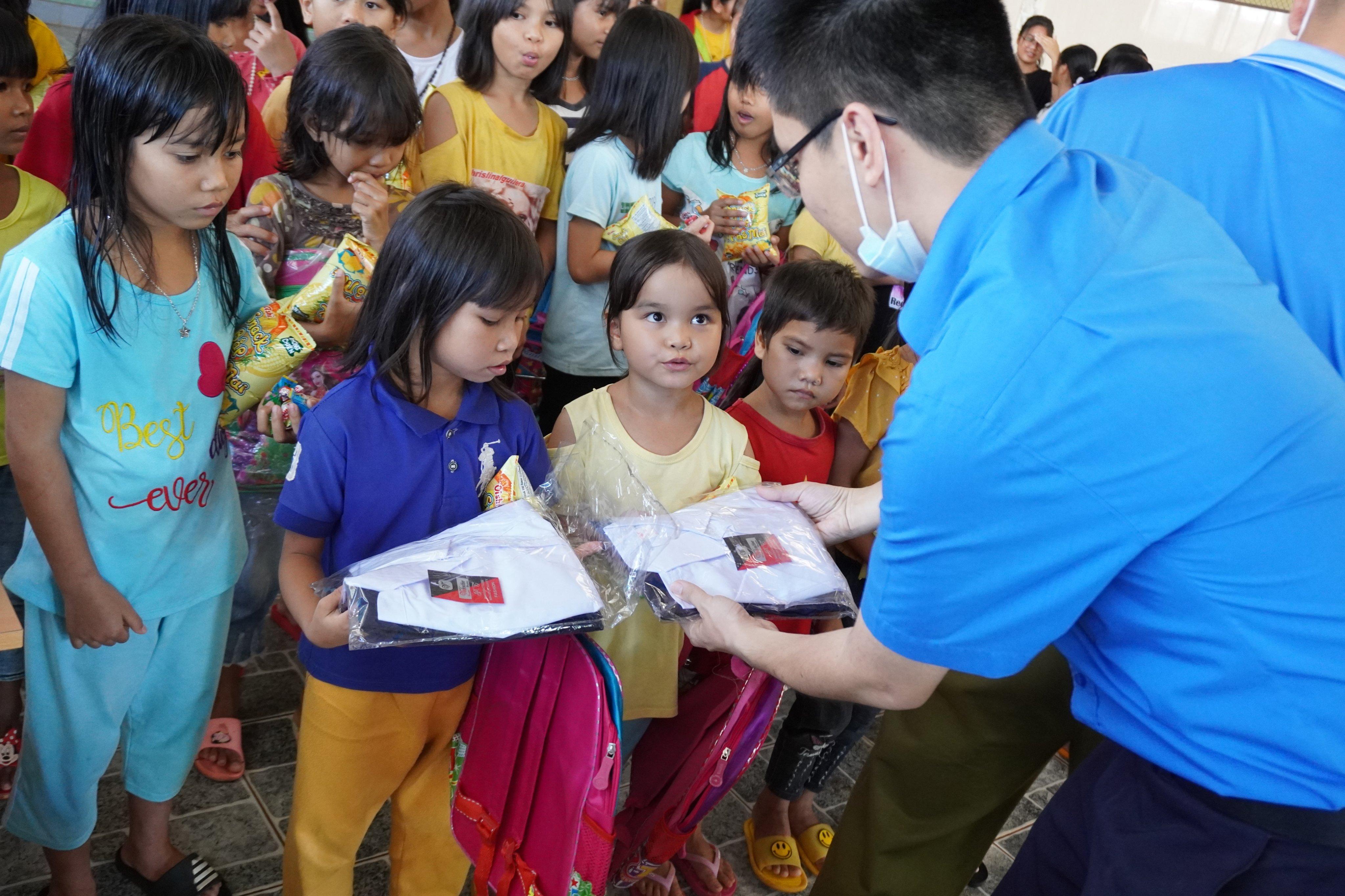 """Chi đoàn Cục Quản lý thị trường và Chi đoàn Cục Hải quan Gia Lai – Kon Tum với Chương trình """"Tiếp sức đến trường năm 2020"""""""