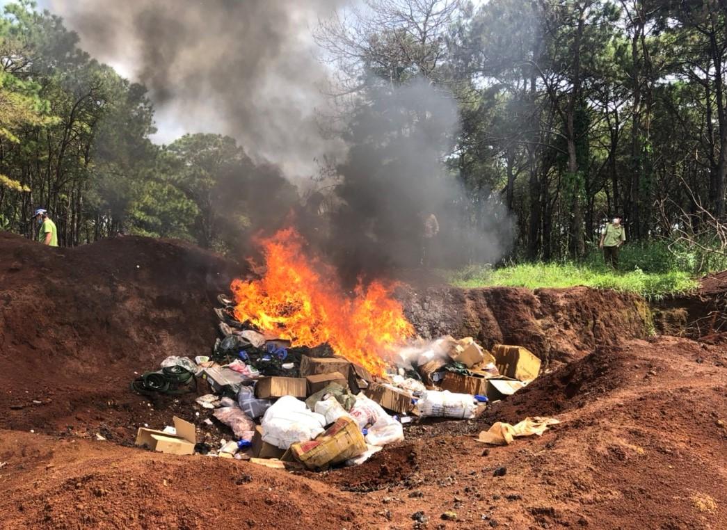 Gia Lai: Tiêu hủy 1.324 kg thực phẩm tươi sống không rõ nguồn gốc xuất xứ và 11.827 chi tiết phụ tùng giả mạo nhãn hiệu Honda và Yamaha