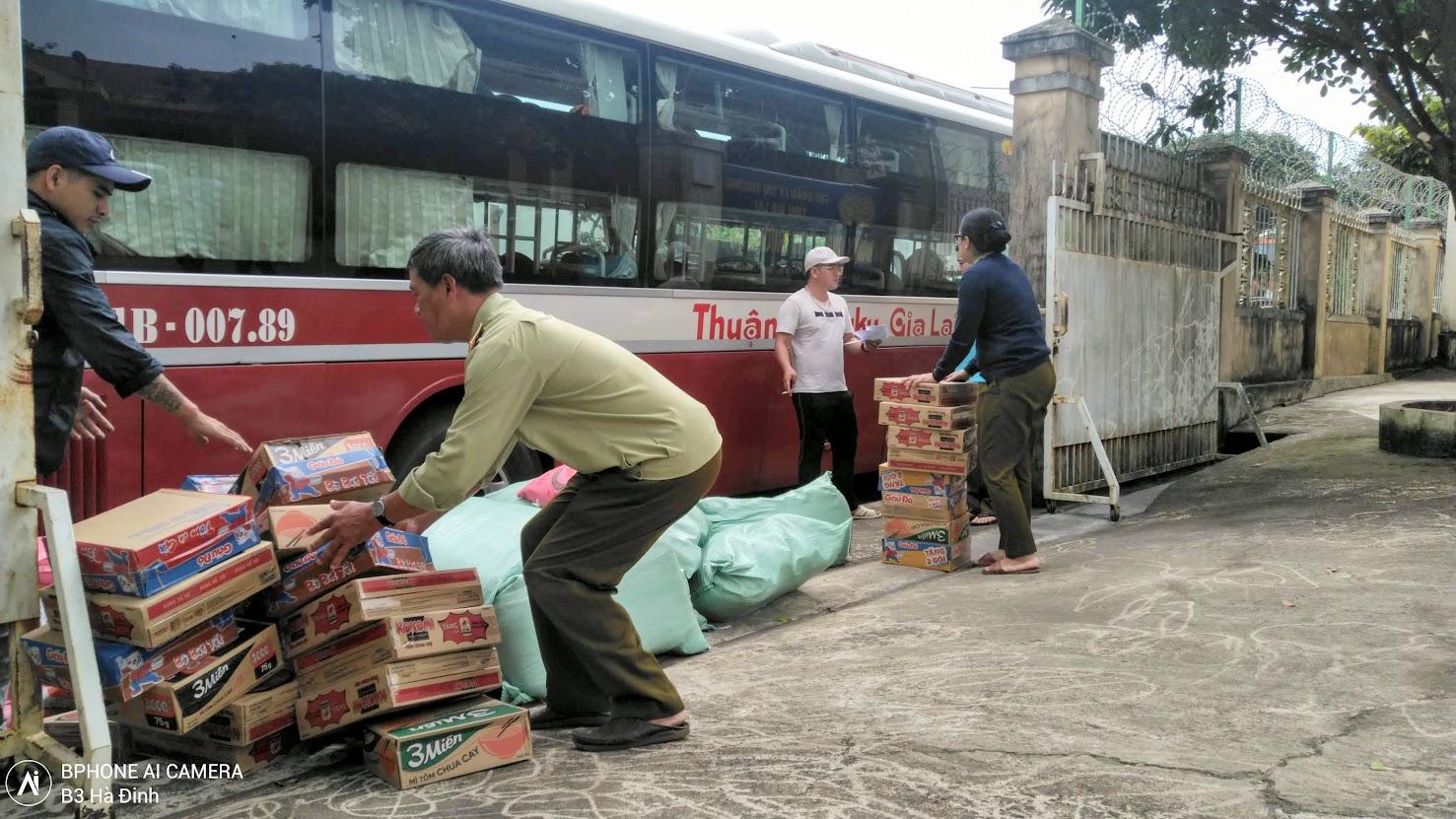 Cục Quản lý thị trường tỉnh Gia Lai chuyển 03 tấn gạo và 800 thùng mì tôm hỗ trợ đồng bào Miền Trung.